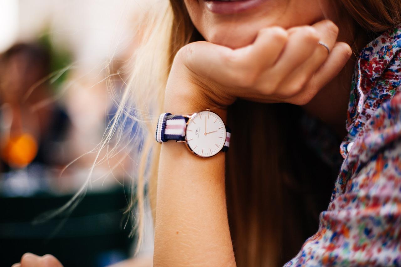 Kobieta z zegarkiem Daniel Wellington